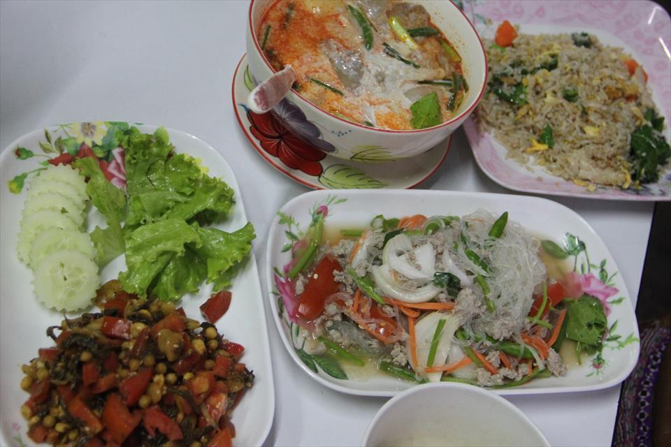 チェンマイで食べる事ができるミャンマー料理食堂(ニマンヘミン)