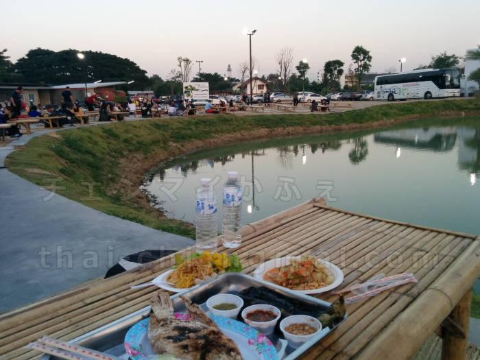 チェンマイのローカル版ナイトマーケットで食事!池を見ながら屋台を堪能